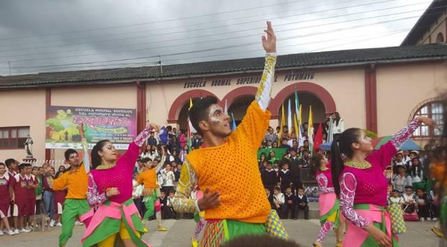 jueves 5 de noviembre. desfile de las delegaciones por las calles del municipio de sibundoy. participación de diversos grupos de danzas de la escuela normal y  de la localidad.