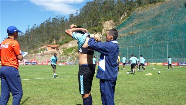 Saulo Chamorro ubicando los dispositivos GPS a futbolista de la Selección Ecuador. Junio de 2011