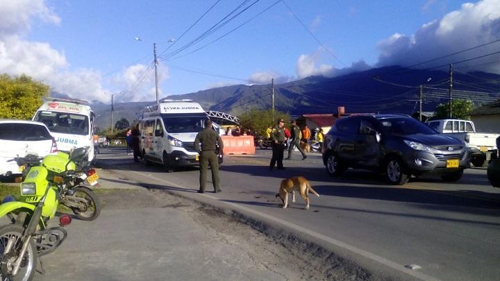 En la mitad de la calle quedó el automóvil de la funcionaria pública. Foto: Defensa Civil Sibundoy