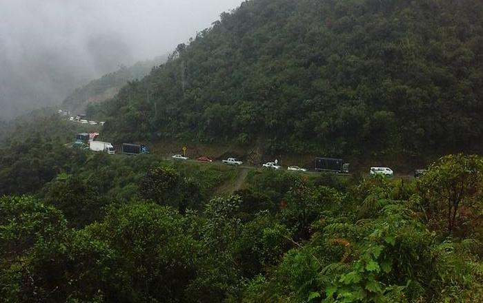 Los derrumbes son permanentes en la carretera. Foto: Oscar Iván López Escobar en Facebook.