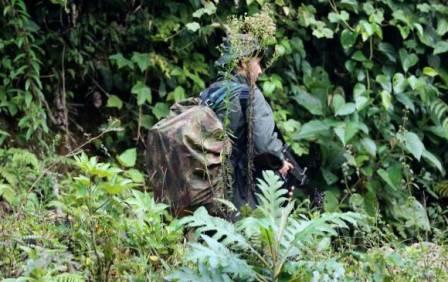 Inteligencia Militar dijo que muchos de los disidentes son mandos medios. En la foto de la derecha, la forma como desertores se llevan empacadas algunas armas FOTO DONALDO ZULUAGA Y CORTESÍA