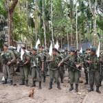 comisión tripartita y guerrilleros verificando la zona veredal