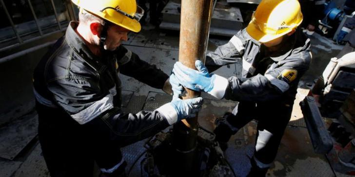 La abundancia de oferta continuará y los precios del petróleo seguirán a la baja, señalan los especialistas de este mercado. AFP