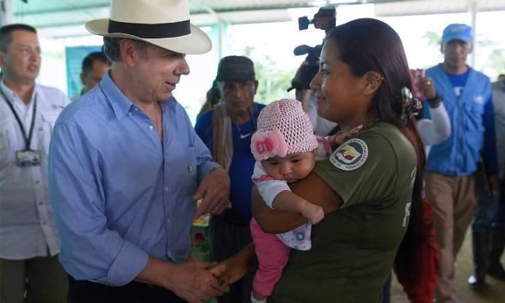 El Presidente Juan Manuel Santos saluda a una integrante de las Farc, durante una visita sorpresiva a la zona verdal La Carmelita, en Putumayo.