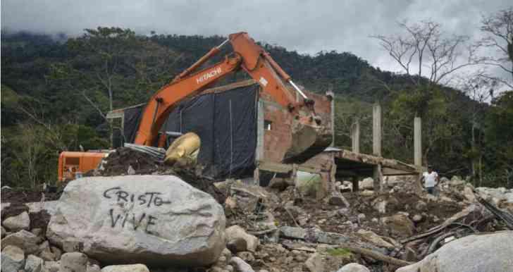 Una sola retroexcavadora sigue en los trabajos de búsqueda de cadáveres en Mocoa. Fotos: Diana Rey/SEMANA Foto: Diana Rey/ SEMANA