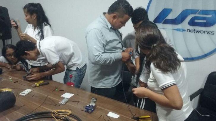 Aprendices de Técnico en Sistemas se familiarizan con nuevas tecnologías