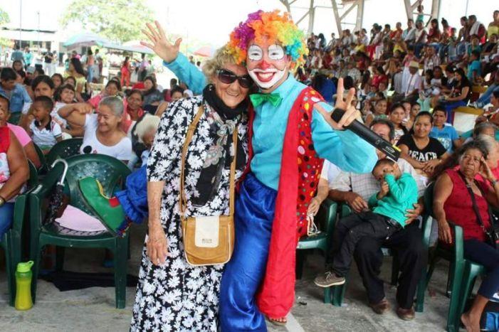 El polifacético Policía que se gana las sonrisas de los Guzmanenses