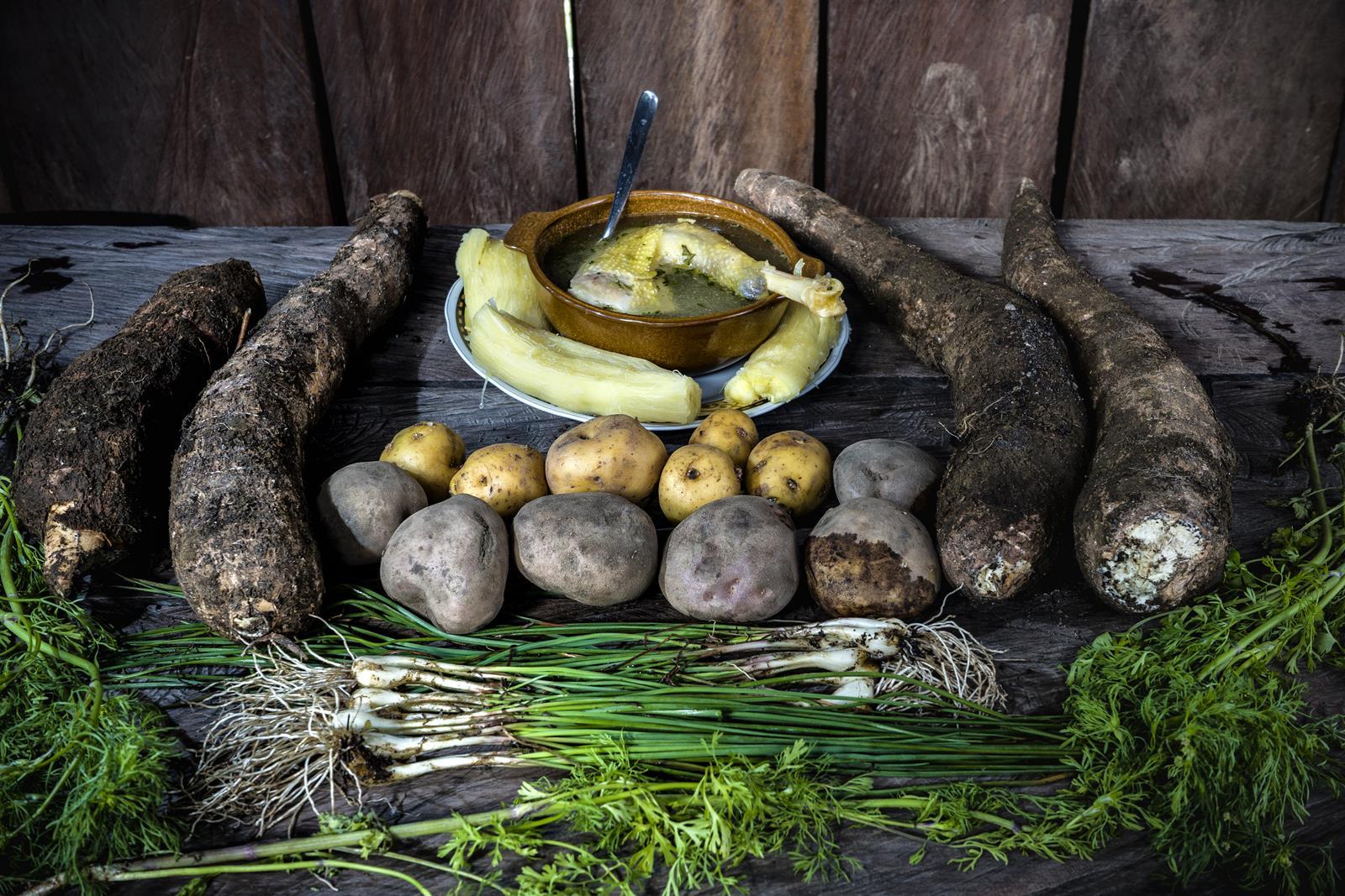 Ingredientes: Cebolla larga, cebolla peruana, yuca, papa parda, papa amarilla, cilantro y pollo de campo.