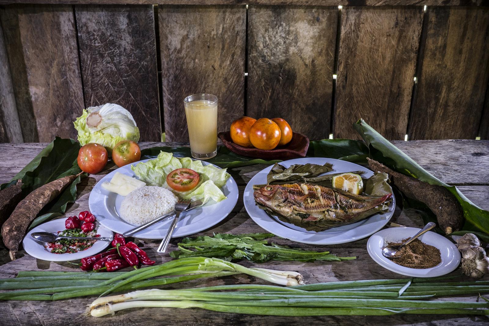 Ingredientes: Hoja de cirindango, cimarrón, cebolla larga, comino, ajo, yuca, arroz, lechuga y tomate, jugo de cocona (lulo amazónico) pescado de río.