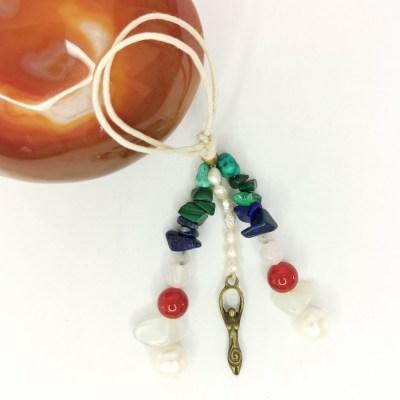 amulette_feminin_sacré_pierre_de_lune_cornaline_perle_malachite_lapis_lazuli_turquoise_quartz_rose1
