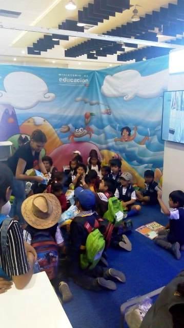 Más de mil publicaciones del Ministerio de Educación se exponen en la Feria del Libro de Cochabamba