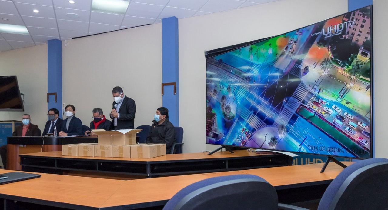 Samsung equipa sala de conferencias de la Facultad de Derecho de la UMSA