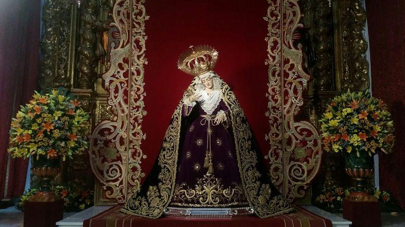 LA VIRGEN DE LOS DOLORES YA PRESIDE EL ALTAR DEL BESAMANOS