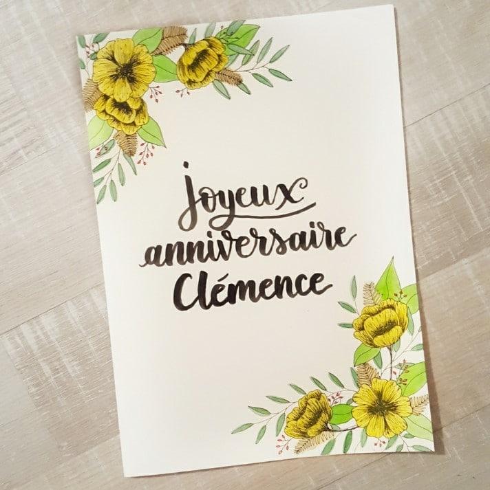 Carte calligraphiée pour un anniversaire avec une décoration fleurie et végétale, au format A4 pour un cadeau groupé