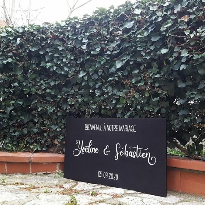 Panneau de bienvenue avec nom des mariés calligraphié