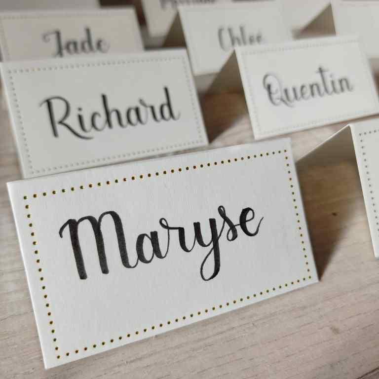 Marque-places pour mariage ou événement avec prénom des invités calligraphié