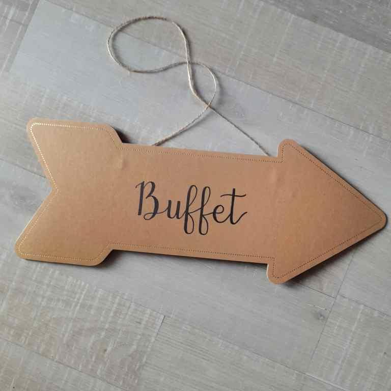 Panneau directionnel calligraphié pour indiquer le buffet d'un mariage dans un thème naturel et doré