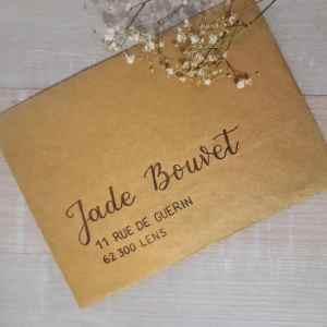 Enveloppe doré calligraphier pour envoyer un faire-part de mariage chic et élégant