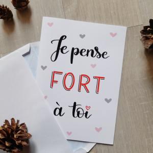 """Carte de St Valentin à commander, avec message """"Je pense fort à toi"""" écrit en tons de noir et rouge sur fond blanc avec des motifs de coeurs en fond."""