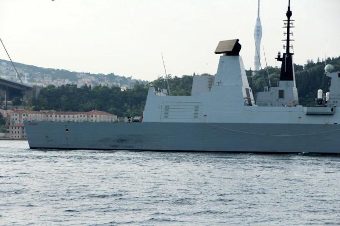 <p>Yaklaşık 45 dakikada 15 Temmuz Şehitler köprüsü altına ulaşan gemilerin ön ve arka bölümünde ağır silahlar ile nöbet tutan askerlerin olduğu görüldü.</p>