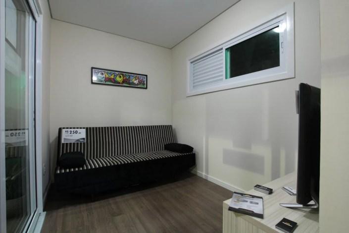 Sala com móveis da casa container