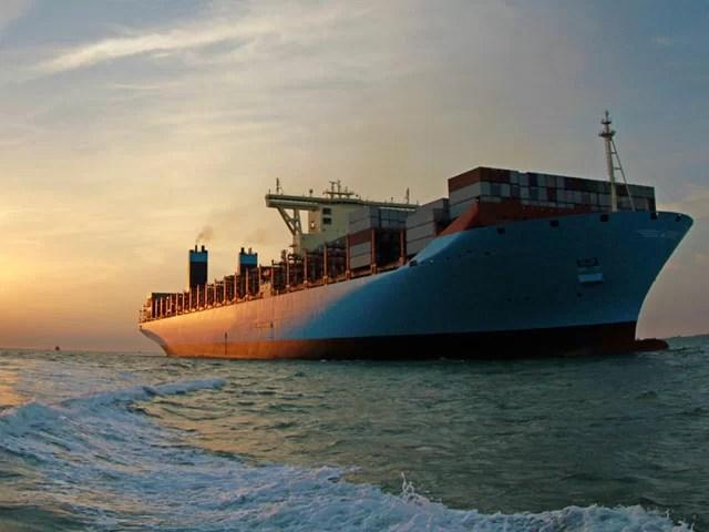 navio-carregando-container