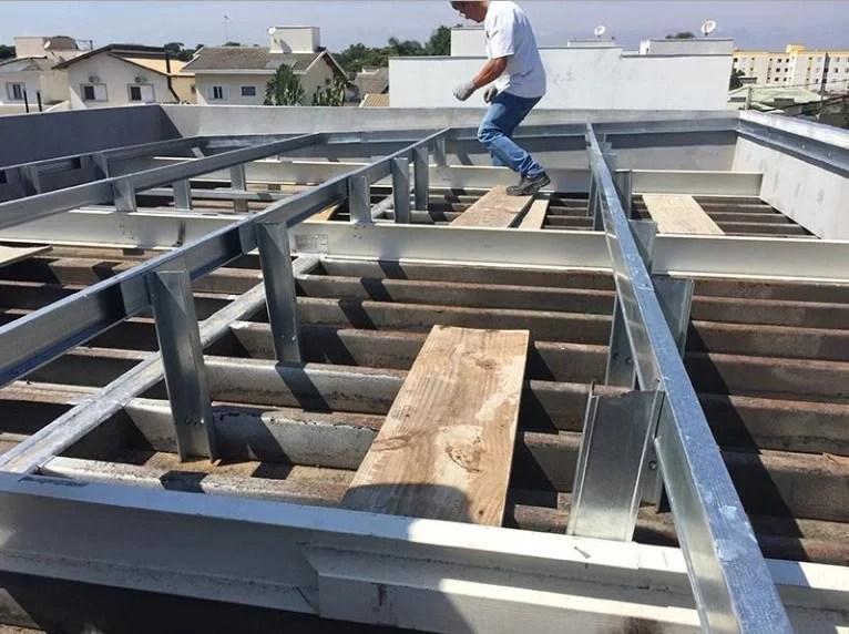 Instalação de Telhado em Casa Container - Foto: www.guiacasacontainer.com
