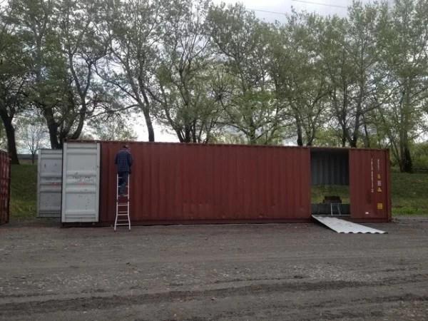 Empreiteiro trabalhando no container.