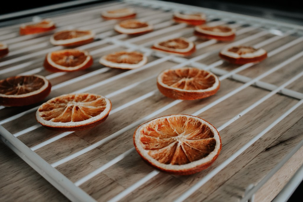 How to Dry Oranges for Holiday Decor | Miranda Schroeder Blog  http://mirandaschroeder.com/  Dried oranges  are such a beautiful, natural, affordable, and sustainable way to decorate for the holidays!  #driedoranges #oranges #christmasdecor #diy
