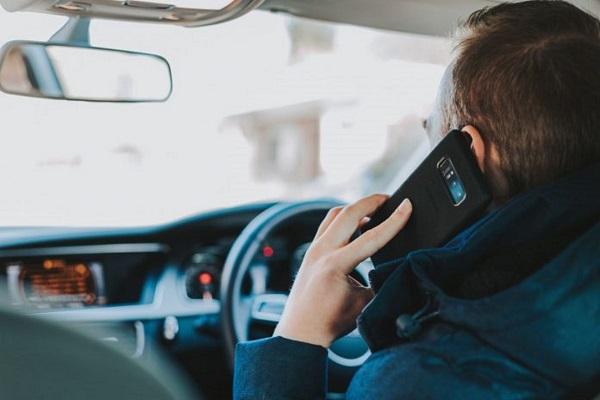 Multas por falar ao telemóvel a conduzir sobem para o dobro