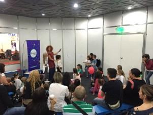 Padres y niños se unieron a los juegos propuestos por la animadora. Crédito: Milagros Álvarez Cañedo