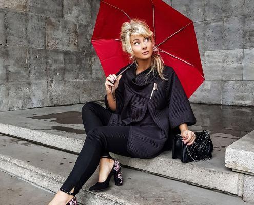 Poncho mit rotem Schirm