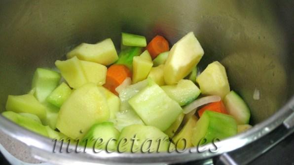 Los ingredientes de la crema de calabacín en la olla exprés.