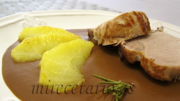 Solomillo de cerdo en salsa de chocolate con manzana caramelizada.