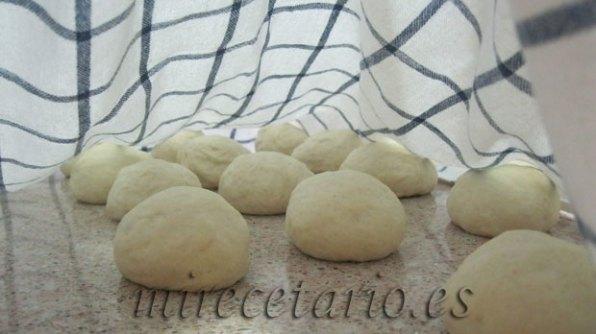 Bolitas de pan esperando bajo el paño.