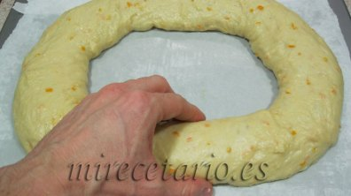 Dando forma al roscón de Reyes, (dejar un agujero muy grande).