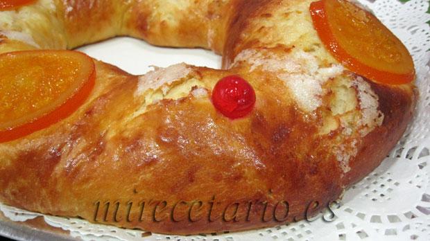 El Roscón de Reyes en su bandeja antes de rellenar.