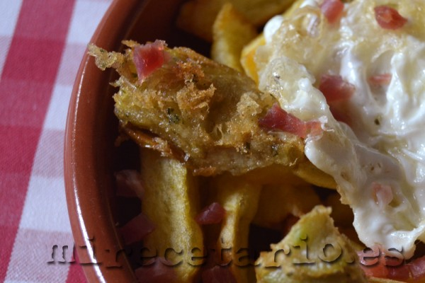 Detalle de la alcachofa en tempura