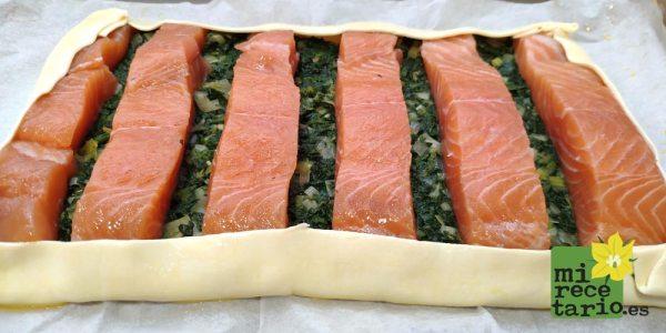 El pastelito de salmón listo para ir al horno