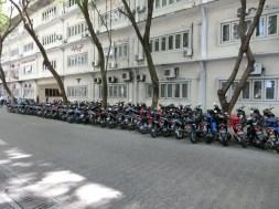 Auf der Insel sieht man so gut wie keine Autos. Haupt-Transportmittel sind Mopeds (Foto: Balkanblogger)