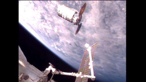 Somente mulheres astronautas fazem isto-Imagem 2-O braço indo capturar a nave de carga