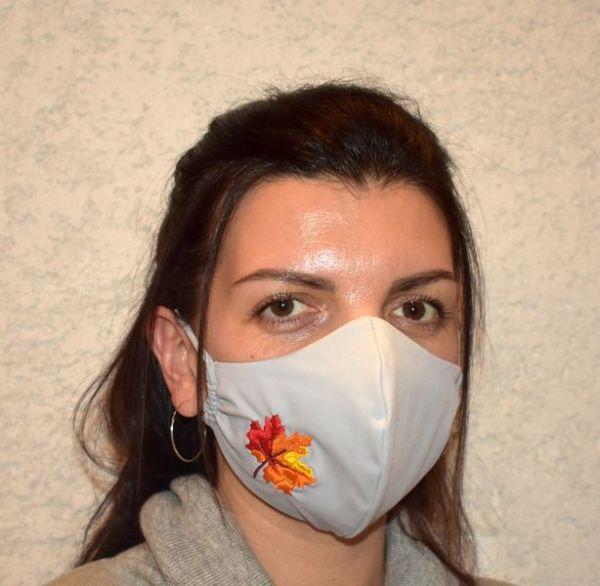 Mundschutz,Schutzmaske,Mundmaske grau mit Ahornblatt bestickt