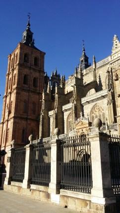 Otra vista del exterior de la catedral.