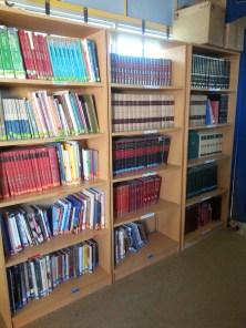 unsere neu sortierten und beschrifteten Sachbücher