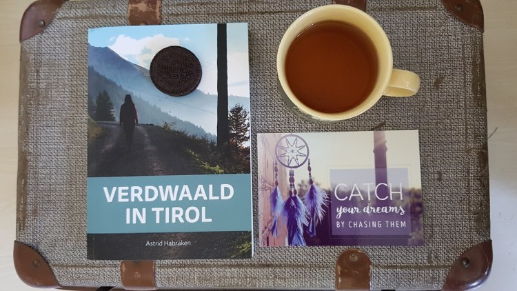 Verdwaald in Tirol Boek Roman Koffer Thee