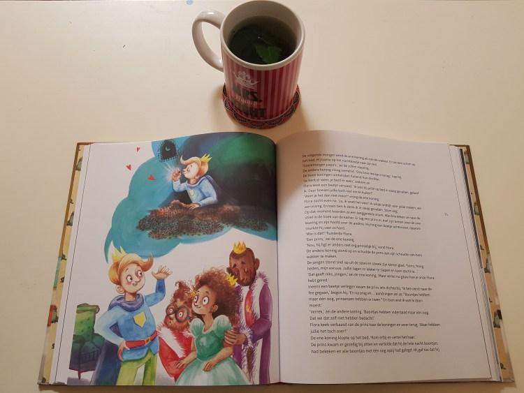 Op een witte ondergrond ligt een opengeslagen boek. Op de linkerpagina staat een tekening van 4 mensen. De blanke jongen aan de linkerkant lijkt een verhaal te vertellen, er hangt een wolk boven zijn hoofd waarin hij afgebeeld staat. Hij kust een boon. De 3 mensen aan de rechterkant luisteren naar zijn verhaal. Het meisje en de vrouw kijken naar hem, de man kijkt naar beneden. Op de rechterpagina staat tekst. Boven het boek staat een mok met koffie.