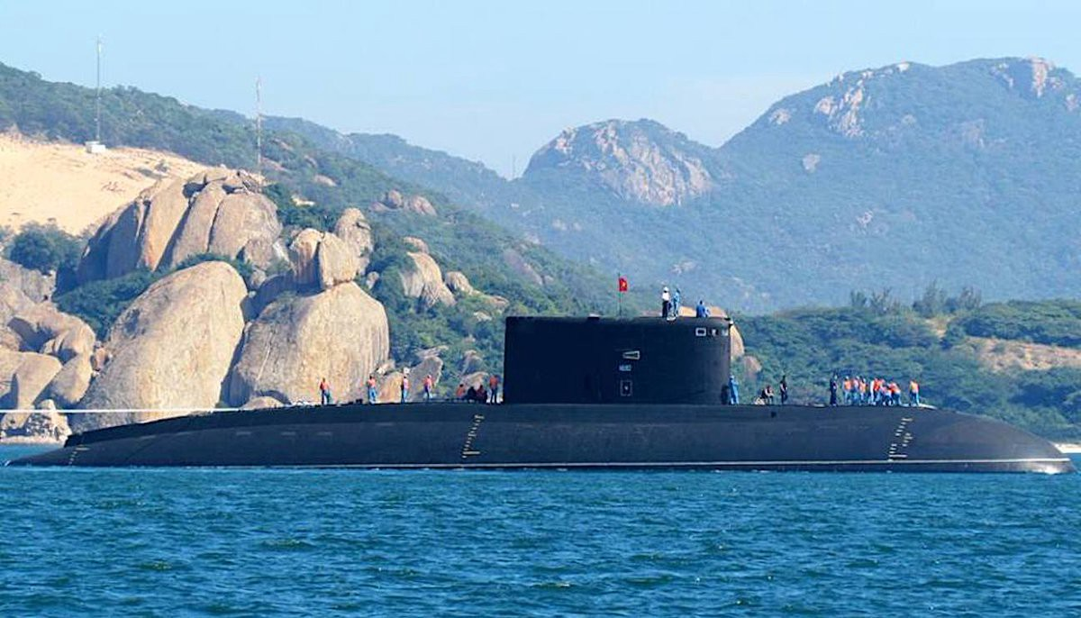 hight resolution of picture of a vietnamese kilo submarine