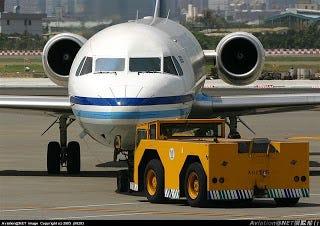 [航空543]為什麼飛機不能自己往後退. 你知道飛機是不能往後退的嗎? 這是因為飛機的動力來源是來自於引擎 ...