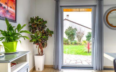 Solution performante pour rénover vos portes-fenêtres : le coulissant mural