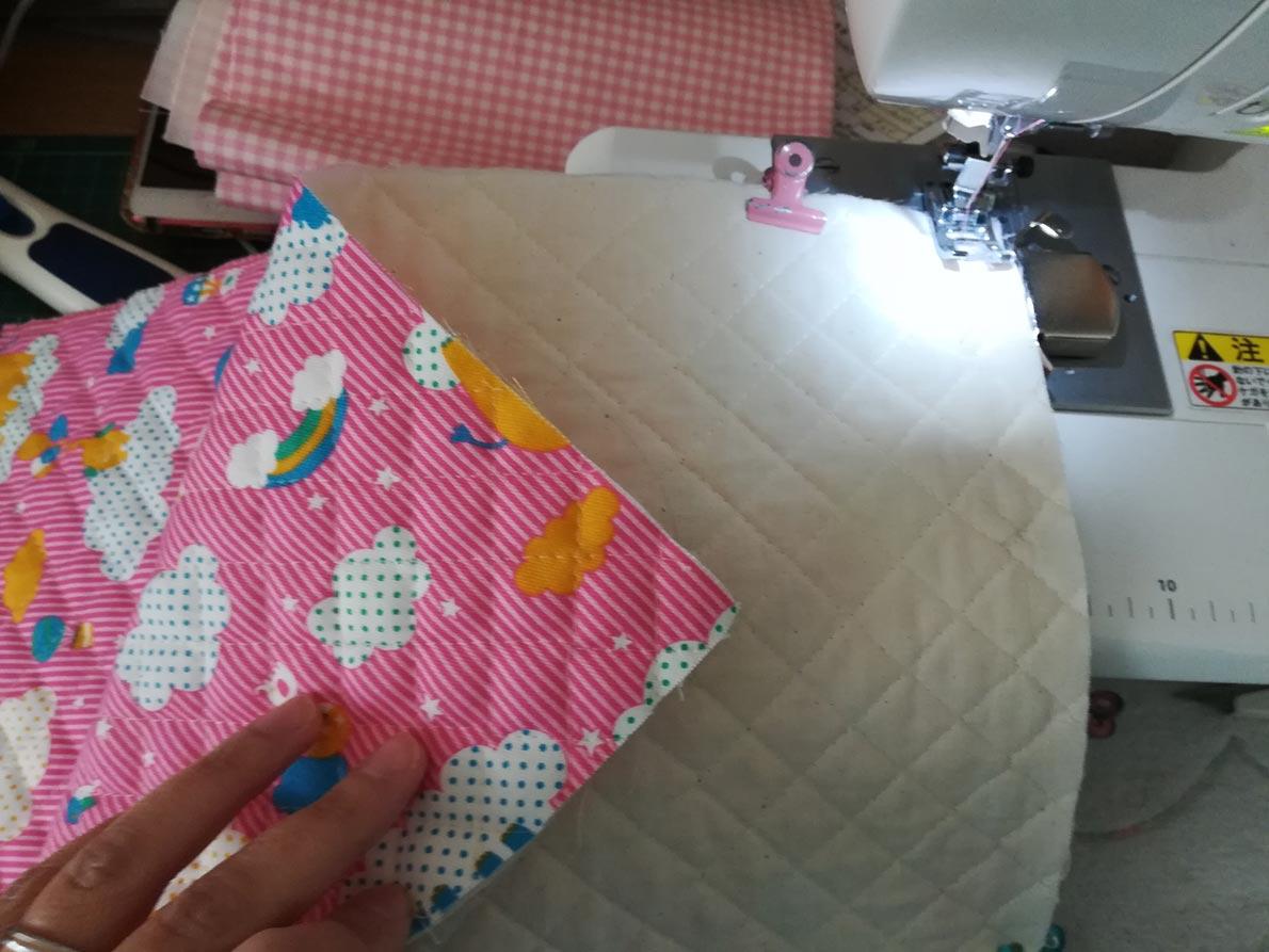 上履き入れの簡単な作り方:柄に上下がある時は、表布2枚を中表にして底部分を縫い合わせる